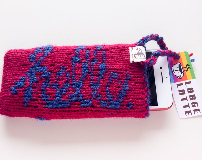 "iPhone 6/7/8 sleeve ""Macintosh"" handknit in red and blue"