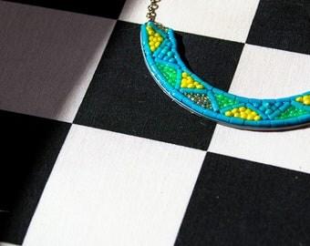 collier plastron en perles recyclage boîte à tabac bleu turquoise et jaune