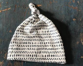 Top knot baby hat // newborn to six months // baby hat // knotted baby hat // stretch baby hat // dashing print