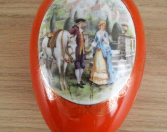 Porcelain egg with Marquise image