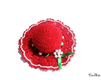 Red crochet hat pincushion with Green ribbon, Cappellino puntaspilli rosso con nastino verde all'uncinetto