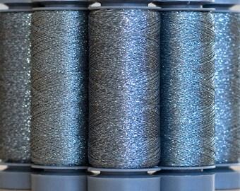 Brillo 806 Argent - fil lamé aspect métallisé - bobine 200m Aurifil