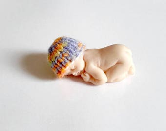 Miniature baby bonnet in handmade fimo multicolor knit