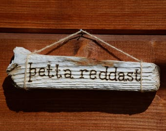 Wall hanging - Saying in Icelandic þetta reddast - Pyrography on driftwood - Recycling - Upcycling - Handmade in Iceland