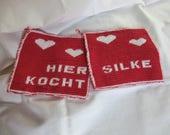 Topflappen mit Wunschnamen (KOCHT) und Wunschfarben aus reiner Baumwolle in Double-face-Technik von Hand gestrickt