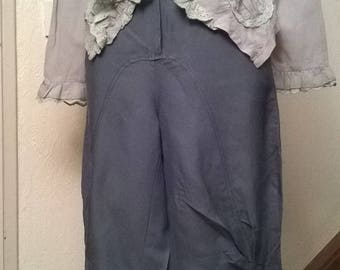 Capri pants in blue linen and lace