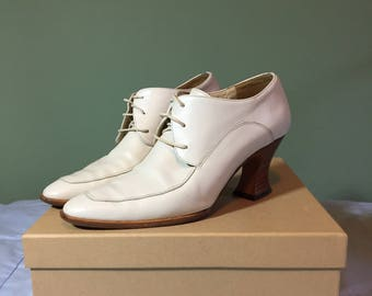 White lace up heels size 6 M US minimalist with stacked wood heel curved heel court heel 80s 90s made in Italy