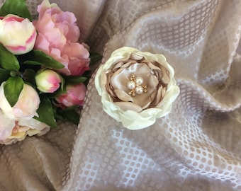 Flower 8 cm in beige and ivory satin with Rhinestone