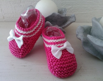 Little pink feet raised stripes and a white bow 3-6 months. Slipper T16-17