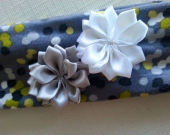 Turban headband gray green white stretch Jersey decorated with flowers in gray and white satin.