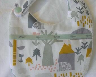 Bavoir en tissu coton avec des arbres et maisons,ruban, éponge  pour les bébés de la naissance à 12 mois