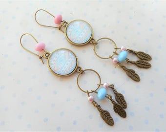 """Boucles d'oreilles dormeuses cabochon """"tribal bleu ciel et rose pale"""", breloques plumes, perles, bronze, vintage"""