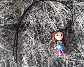 The pendant necklace brunette woman with scarf that bears his child Fimo