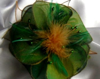 Flower brooch in fabric & feathers and perlesss 237 *.