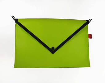 Green faux leather pouch (Apple)
