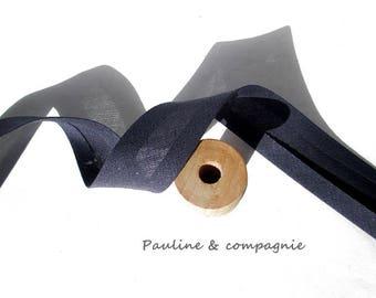 A plain Navy Blue bias width 20 mm pre-folded meter