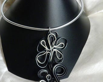 BLACK FLOWER PENDANT NECKLACE AND SILVER ALUMINUM PLATE