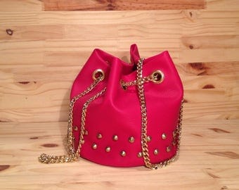 Chain gold and studded in Fuchsia leatherette bucket bag
