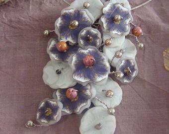 Collier Brassée de Fleurs tons violet, gris, blanc