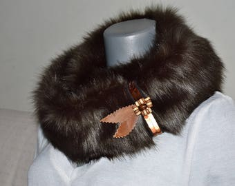 Warm fake fur scarf with a brooch, winter scarf, winter accessories, fur accessories, brooch made of leather and wooden beads