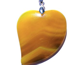 Pendentif coeur agate jaune de 52x40mm et bélière argenté de 19 mm.