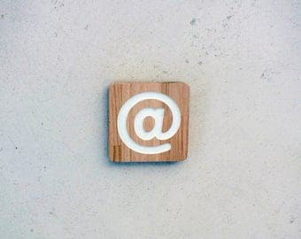 Engraved wooden sign to locate an internet access.