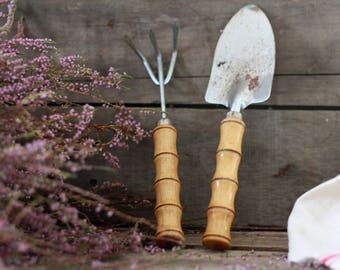 Vintage set shovel and rake for gardening. Gardening bamboo tools 50s. French decor. French bamboo decor. Vintage garden tools. Garden decor