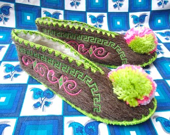 Greek Slippers / Size 40 / UK7 / wool / leather / pompom