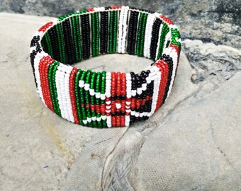 Vintage Jewelry. Vintage Bangle African/ Native American.  Glass Seed Bead Bangle. Handmade Jewelry. Seed Bead.  Red. Green. White. Black.