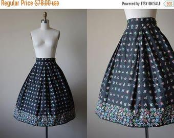 ON SALE 50s Skirt - Vintage 1950s Border Print Skirt - Black Bakelite Colors Floral Cotton Full Skirt S M - Fade to Black Skirt