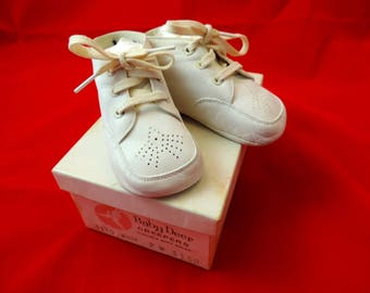 vintage baby walker shoes 1950s baby deer creepers baby's first shoes white leather lace up booties 2 wide