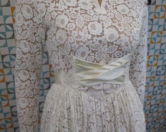 8 S - Stunning True Vintage 1950's White Lace Long Sleeved Wedding Dress