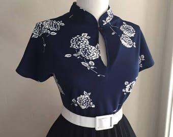 Sexy VLV Vintage 1960s Navy Blue & WhiteAtomic Print Short Sleeve High Collar Keyhole Blouse Top