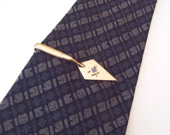 Anson Inc. Masonic Trowel Tie Clip 1950s Vintage Square & Compasses Symbol w/ Enamel Accent Very Nice Condition Goldtone Freemasonry Tie Bar
