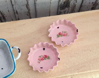 Dollhouse Miniature Shabby Chic Pink Metal Tin Mini Pie Dishes with Pink Roses Motif Set of 2
