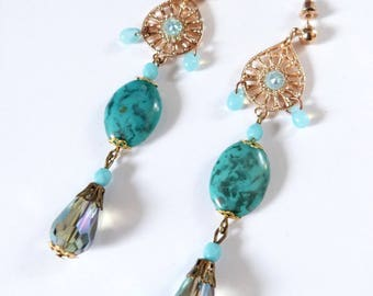 Romantic earrings in gold and bleu with glass beads.