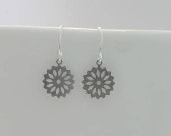 Small silver filigree flower earrings, delicate and feminine simple earrings