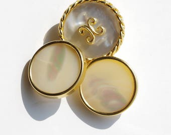 Old vintage mother of Pearl buttons rimmed with gold metal, they measure 25 mm and 22 mm.