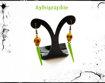 Earrings with green spikes and skull