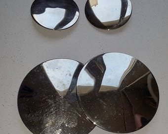 1960'S ROUND METAL BELT BUCKLE STAINLESS STEEL AND TWO MATCHING BUTTONS