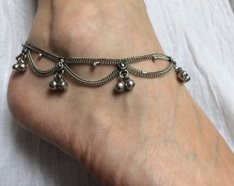 Anklet in silver with 18 charms