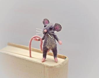 Felt miniature mouse bookmark Gray woolen mouse Animal miniature Waldorf Funny gift idea Comical idea Book lovers Sweet figurine bookmark