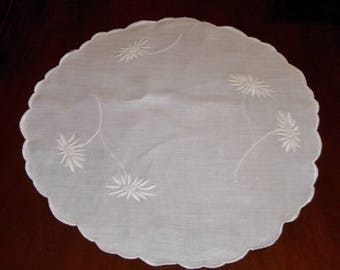 Vintage White Cotton Table Or Dresser Scarf With Embroidered Daisies