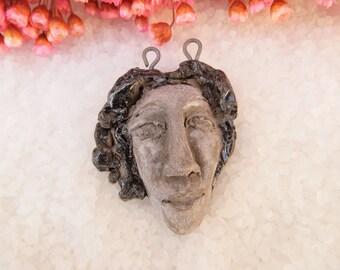 Pendentif Tête de femme MODIGLIANI.. Céramique MOO.. créateur artisan.. Gris noir.. sur terre noire.. Magnifique.. Unique et fait main..