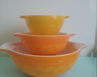 Vintage Pyrex sunflower mixing bowl set