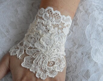 Mitten ivory lace, lace ivory wedding, Bridal, ivory embroidered lace bracelet cuff cuff wedding lace, pearls