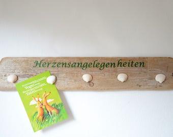 Driftwood Memoboard with five shell magnets and dark green lettering HERZENSANGELEGENHEITEN
