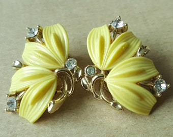Vintage 1950s Lisner Yellow Lucite Flower Floral white Clear  Rhinestone Gold Tone Clip On Earrings