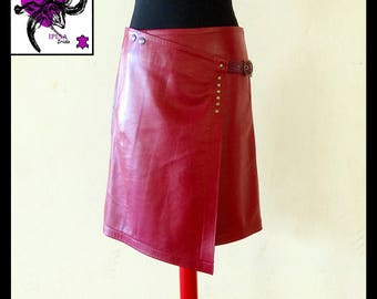 Skirt wallet in soft lamb leather.