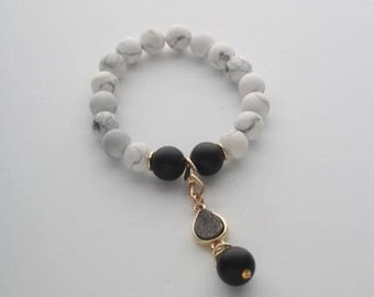 Bracelet with natural white agat and matte black onyx. Natural stones 10mm